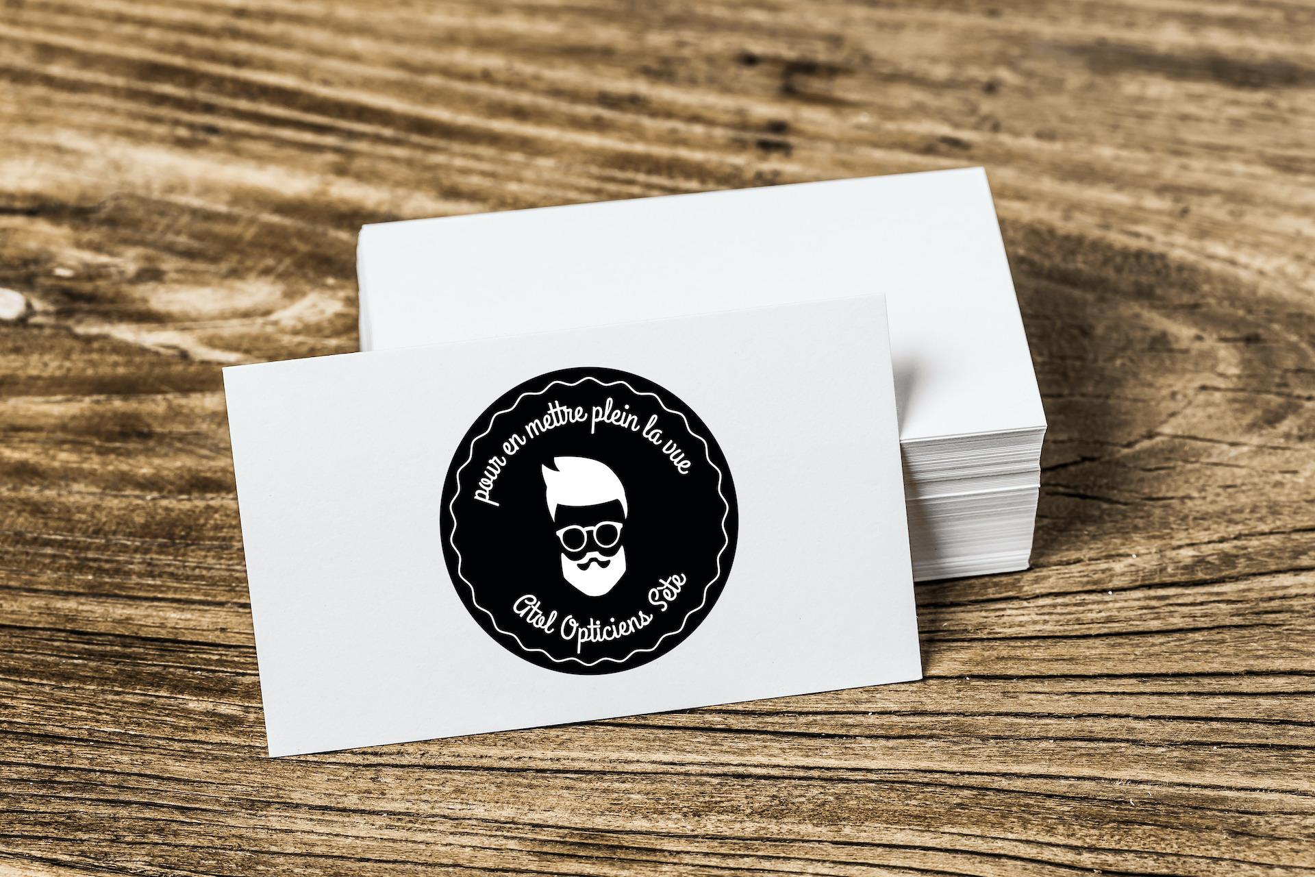 Tas de stickers noirs posé sur une planche en bois