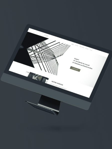 iMac allumé avec la page internet du site Axel
