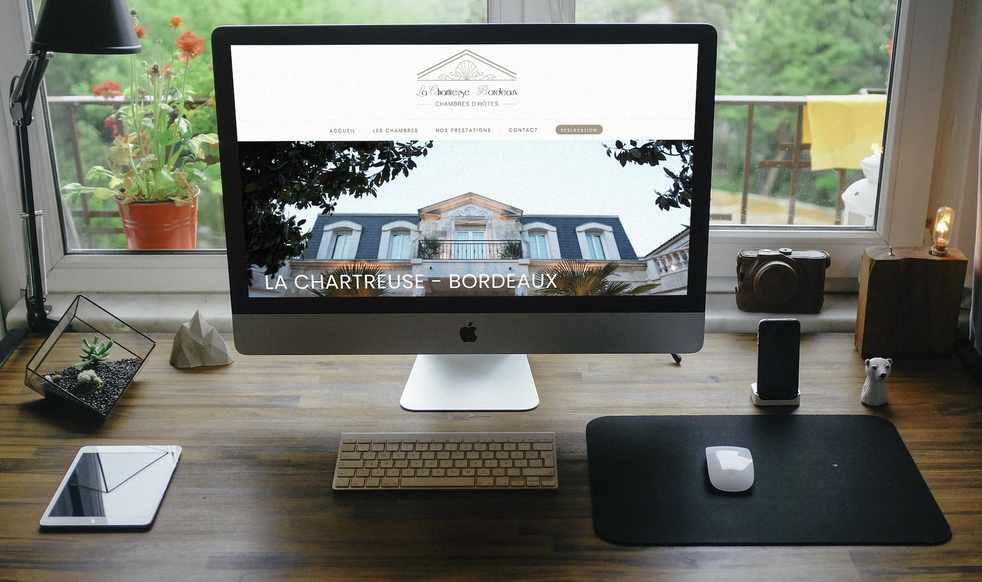 iMac allumé avec la page internet ouverte sur le site Chartreuse Bordeaux