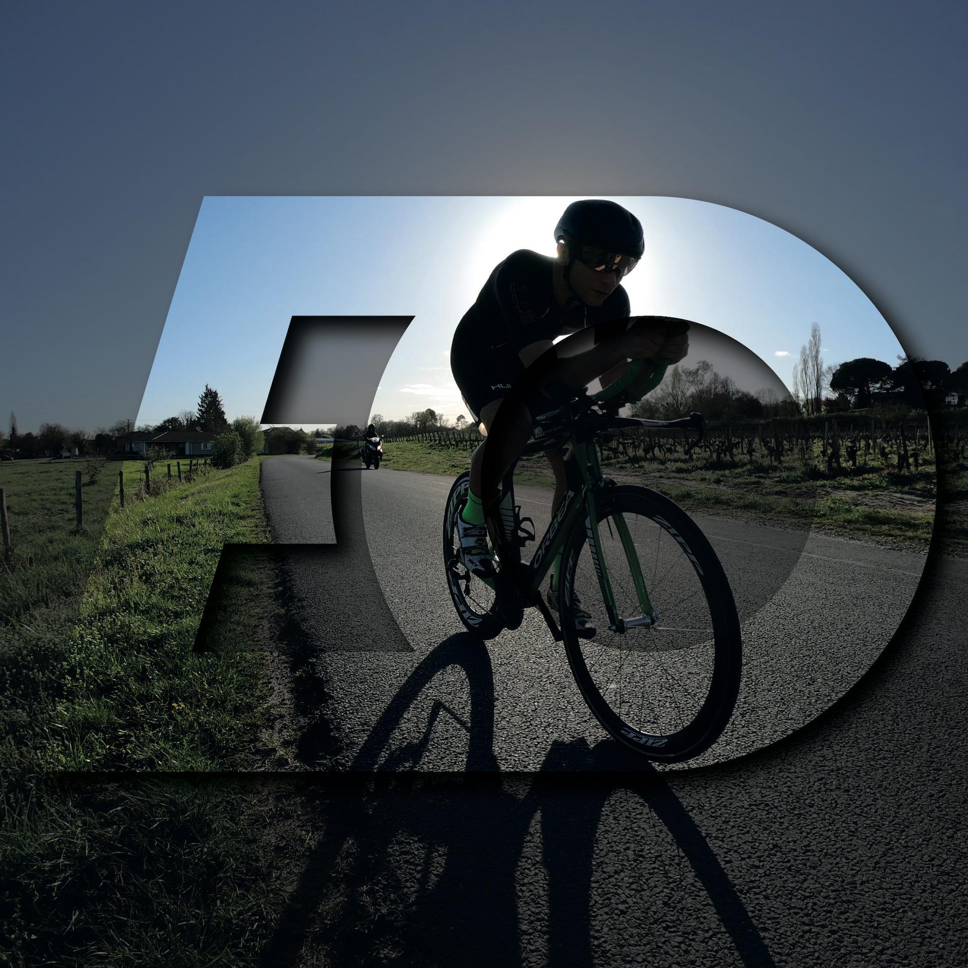 Cycliste en train de faire du vélo sur une route de campagne