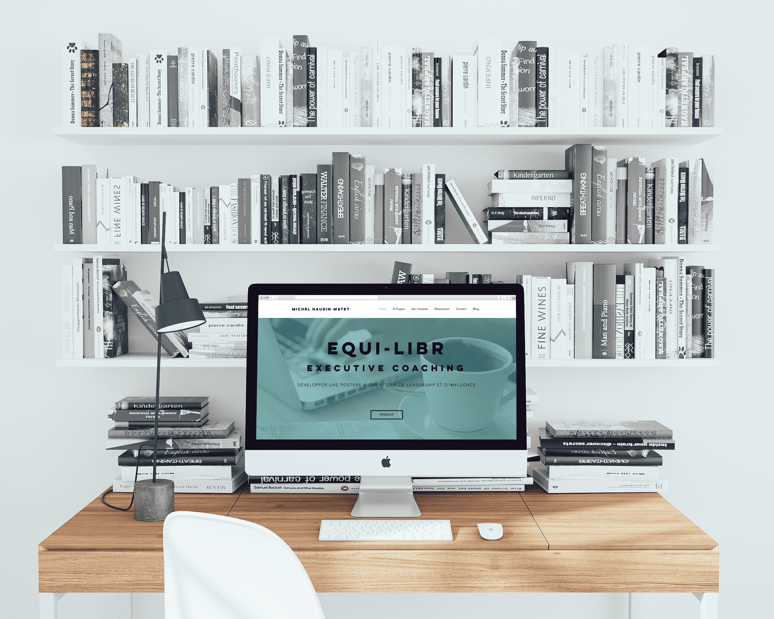 iMac posé sur un bureau et allumé avec la page internet du site Equi-Libr
