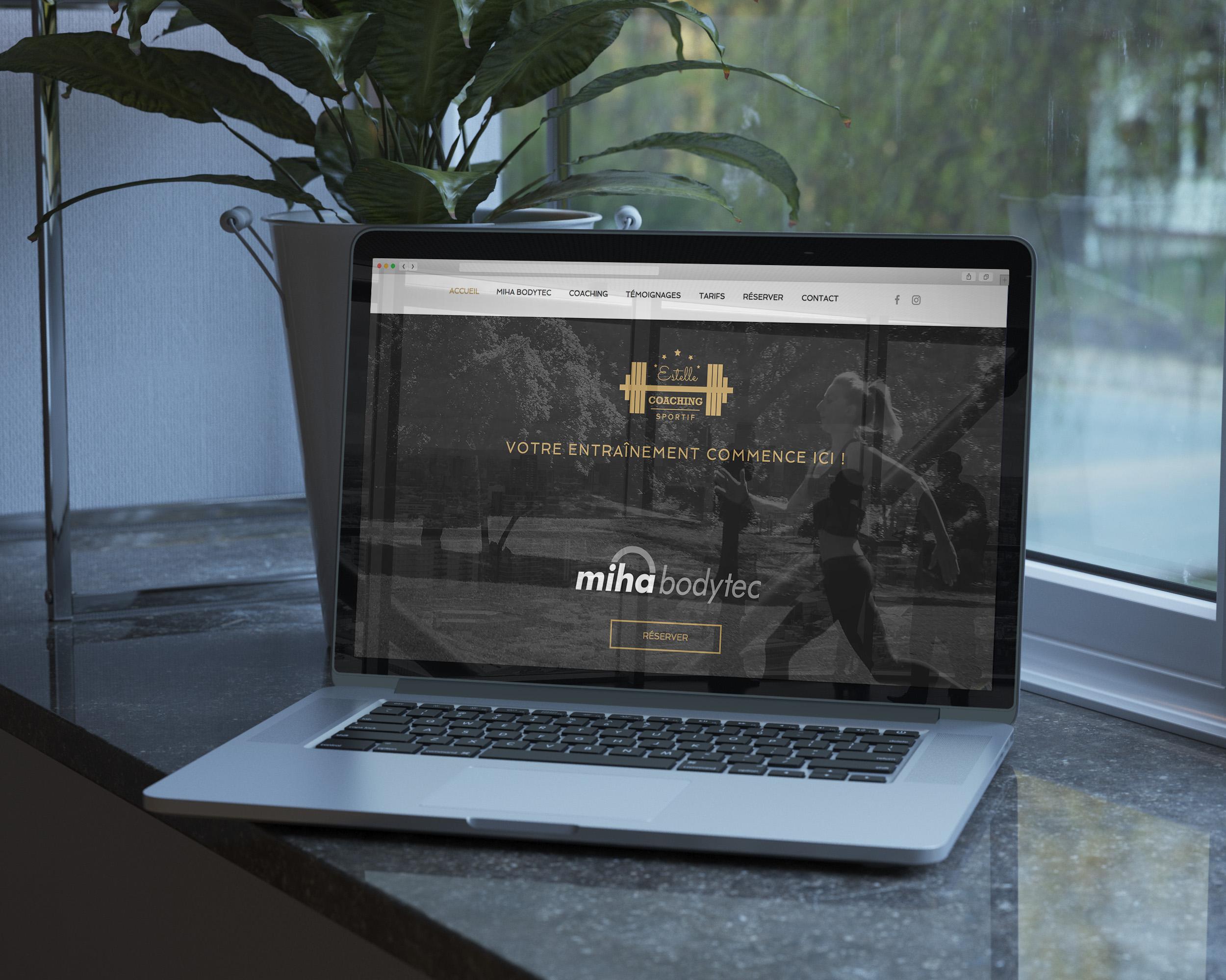 Macbook posé sur une étagère allumé avec la page internet ouverte sur le site Estelle Coaching Sportif