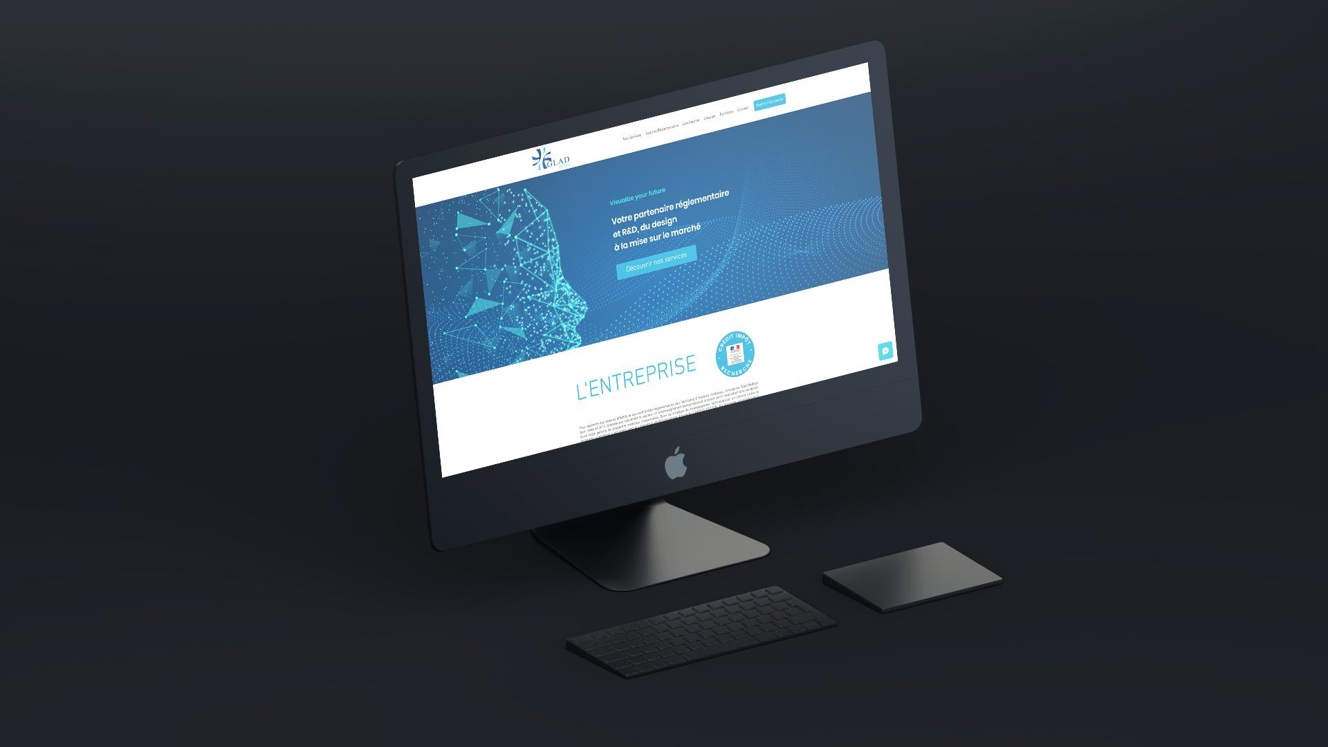 iMac noir allumé avec la page internet ouverte sur le site Glad Medical