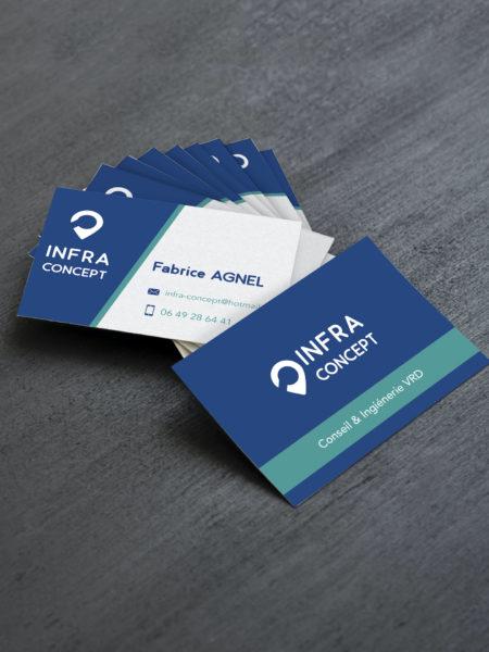 Tas de cartes de visites Infra Concept bleues, blanches et vertes posées sur une table