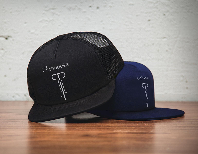 Deux casquettes noire et bleue marine posées sur une table