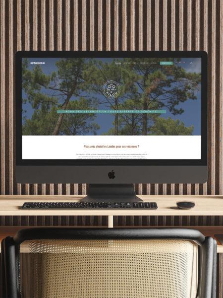 iMac posé sur un bureau et allumé avec la page internet du site Les Vélos de Pilou