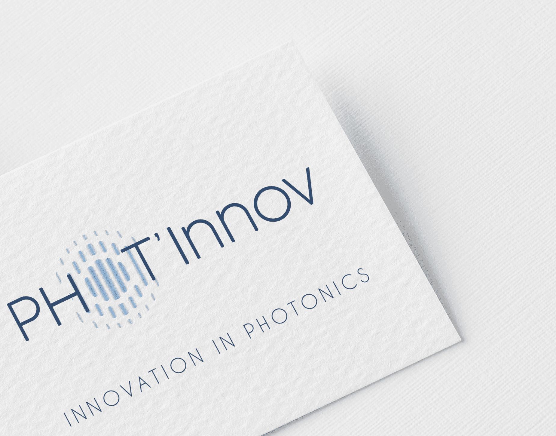 Logo Phot'innov imprimé sur du papier texturé blanc