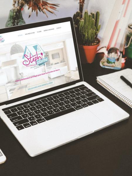 Macbook posé sur un bureau et allumé avec la page internet du site Steph'abrite