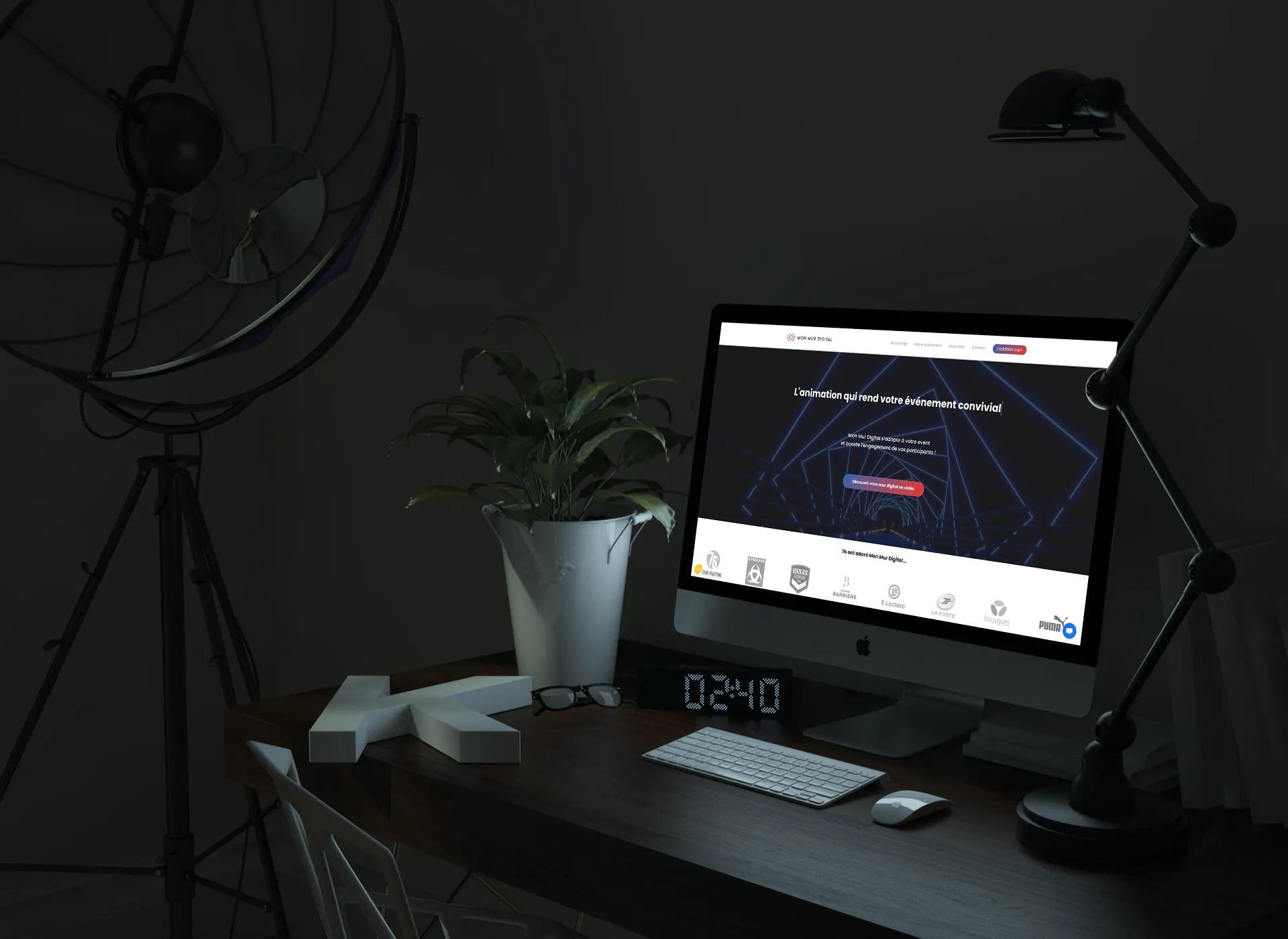 Ordinateur allumé sur un bureau avec page internet ouverte sur le site Mon Mur Digital